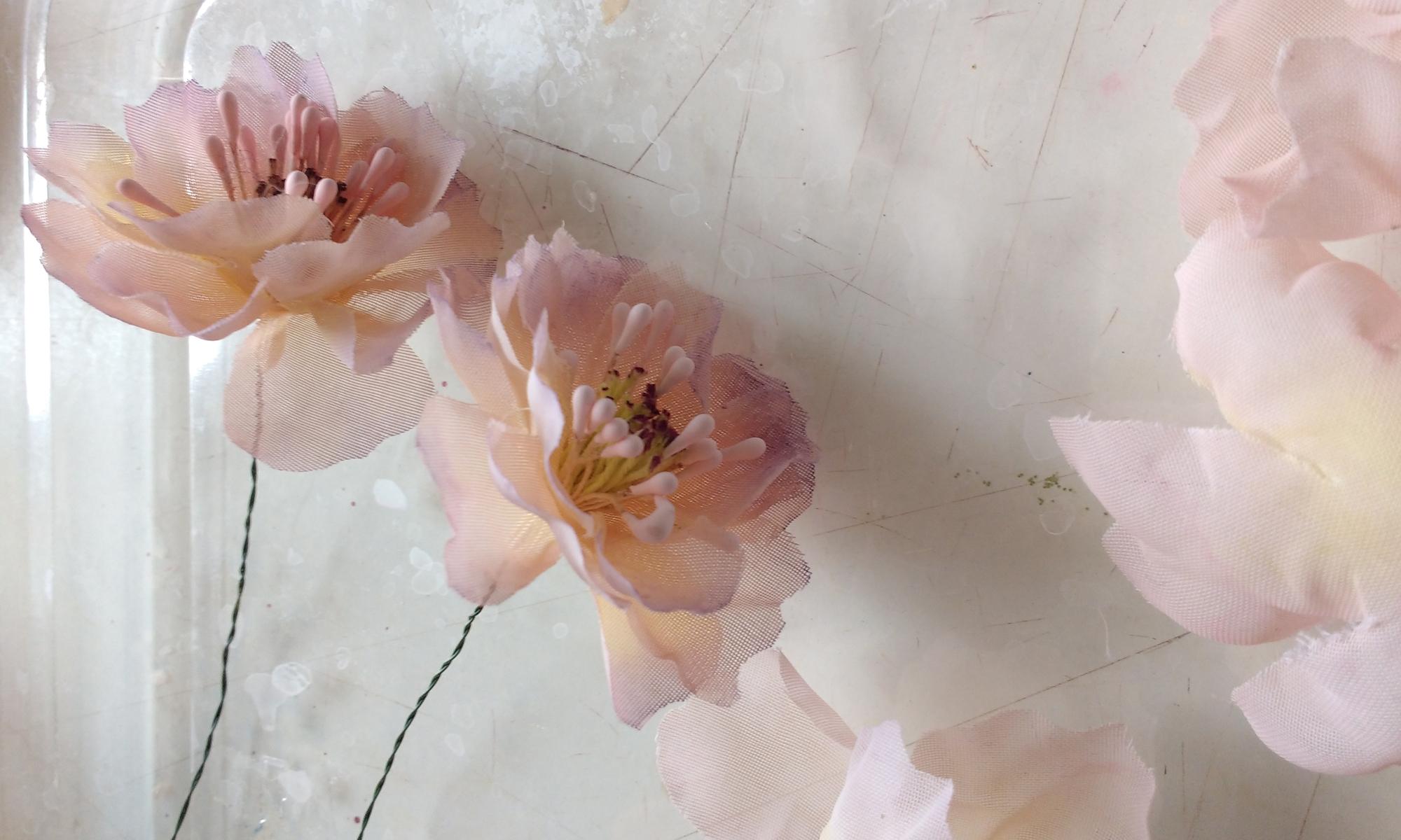 Deux roses en tissu de couleur chair