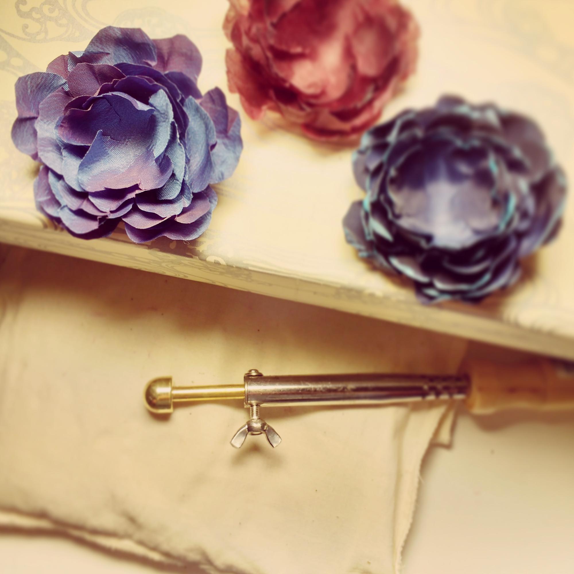 """La """"boule"""", outil traditionnel de la mise en forme des pétales de fleur en soie"""